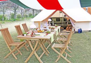 グランピング 食卓とテント入口
